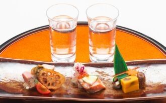 「飲み比べ地酒2種と季節のおつまみ」の写真
