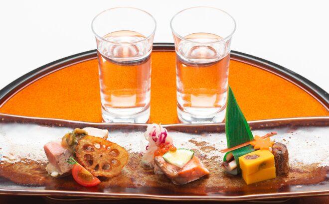 飲み比べ地酒2種と季節のおつまみの写真