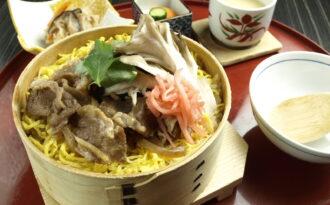「牛と津南舞茸の時雨煮わっぱ飯膳」の写真